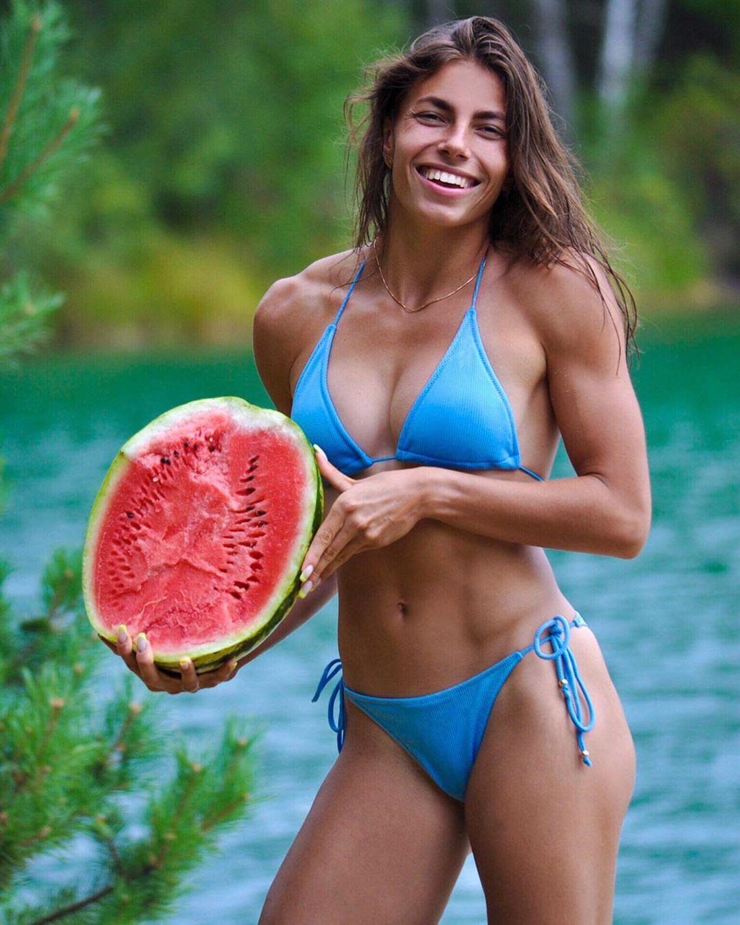 Марина Бех-Романчук снялась в оригинальной фотосессии с арбузом